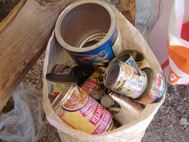 Fierro son latas que se pegan con un imán.
